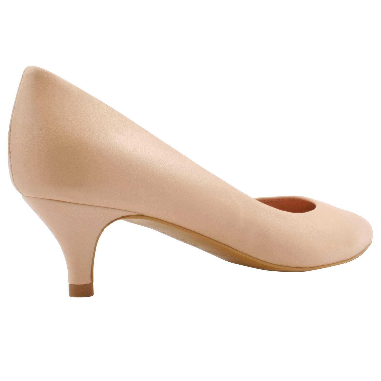 e8c9e88d36ad chaussure femme petit talon à la couleur nude, poudrée et délicate