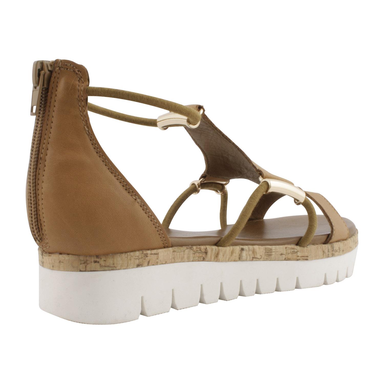 Voici une paire de sandales compensées à plateforme blanche