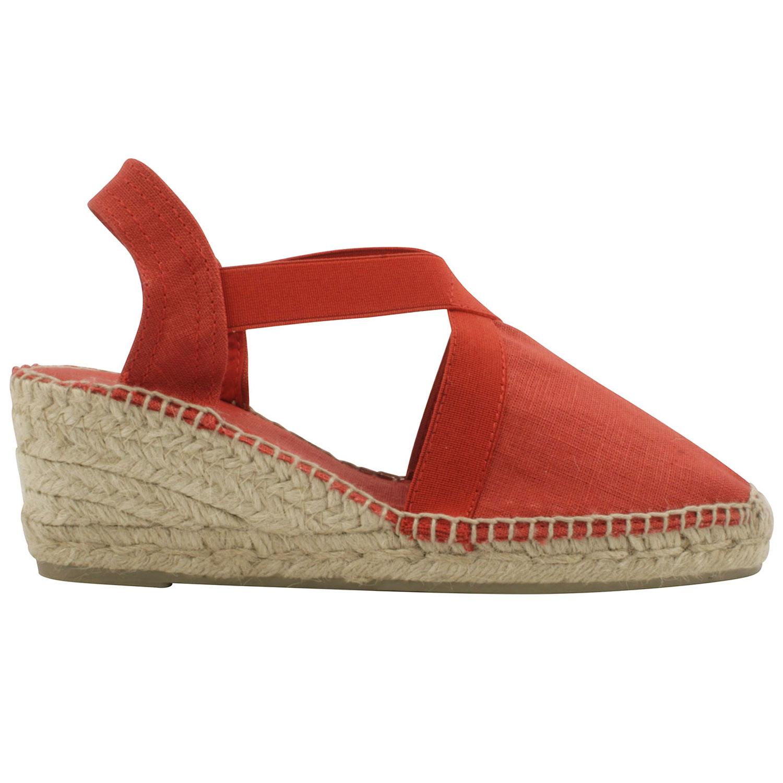 8741483ec72c88 Une sandale compensée de type espadrille en toile de couleur rouge.